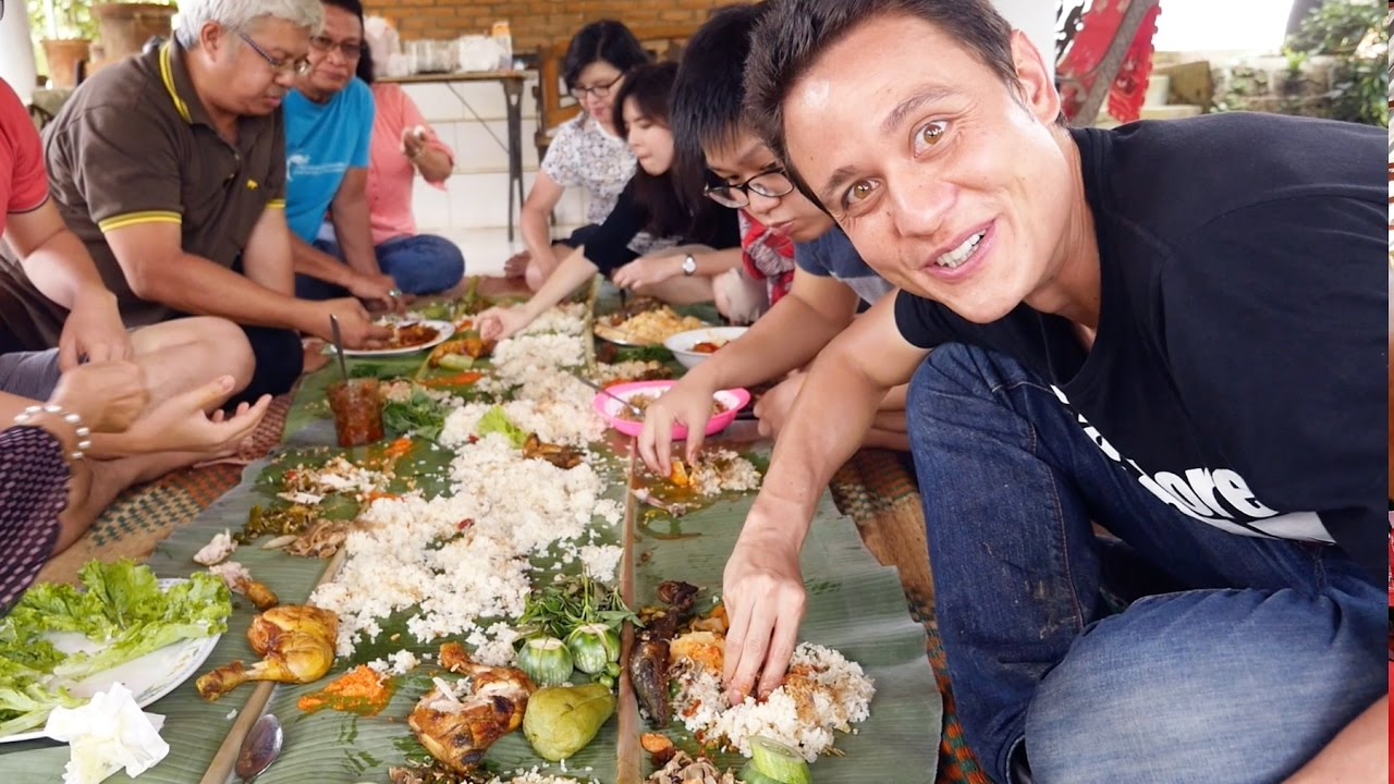 indonesian culture eating with hand