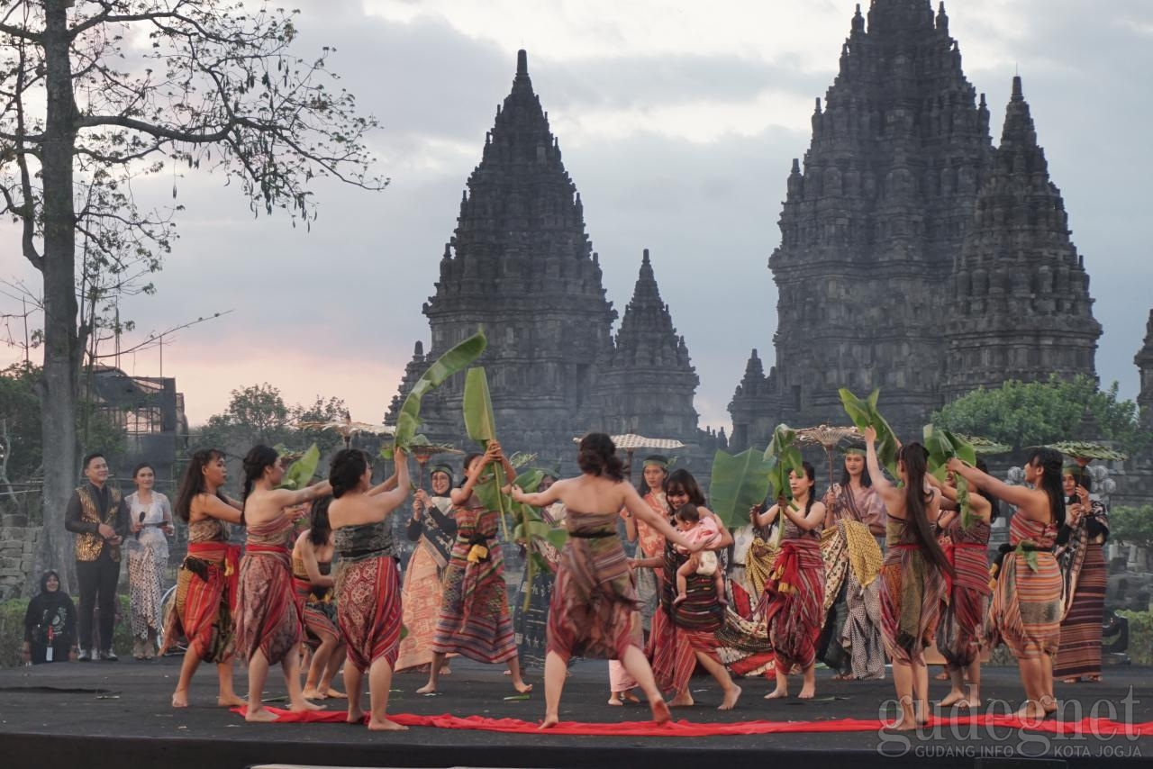 local art performance during the payung festival