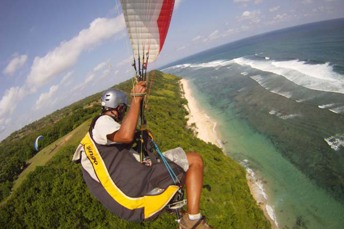 paragliding sports in Timbis beach bali