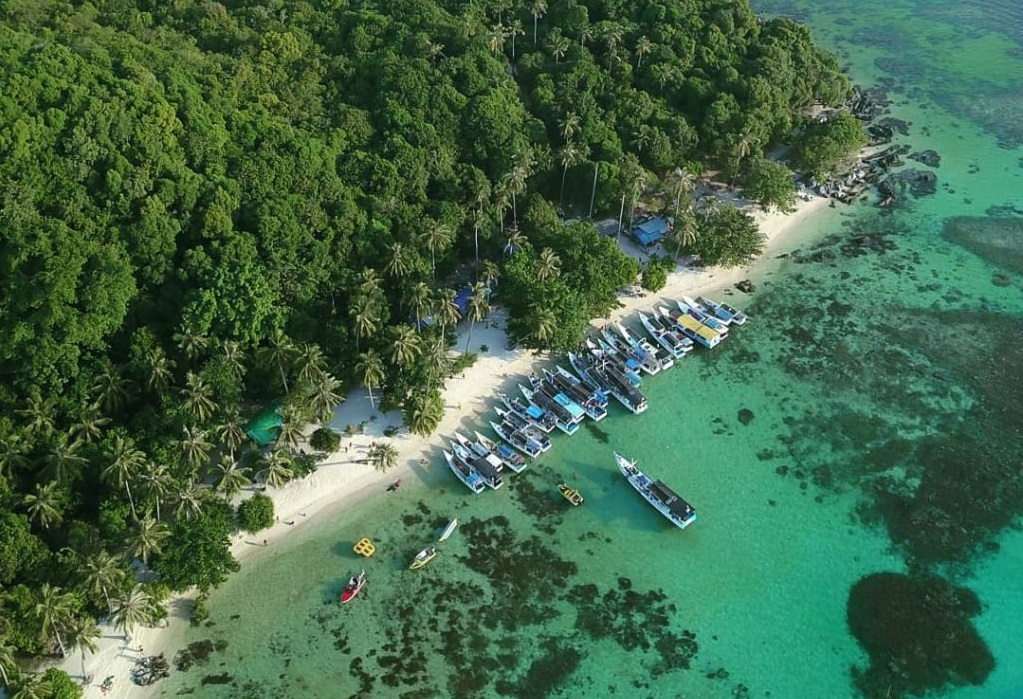 island hoping in karimunjawa