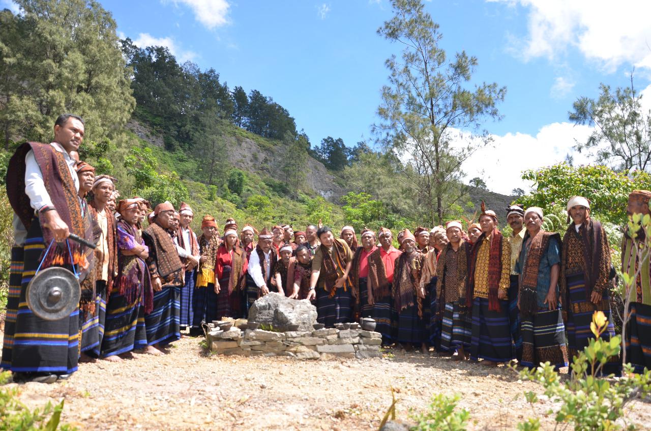 patika ceremony for kelimutu lake