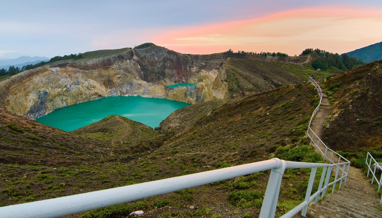 the three colors lake of kelimutu in flores