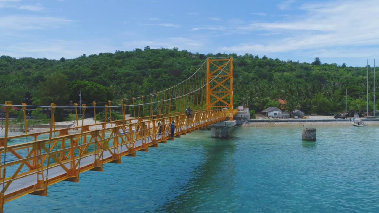yellow bridge between nusa lembongan and nusa ceningan