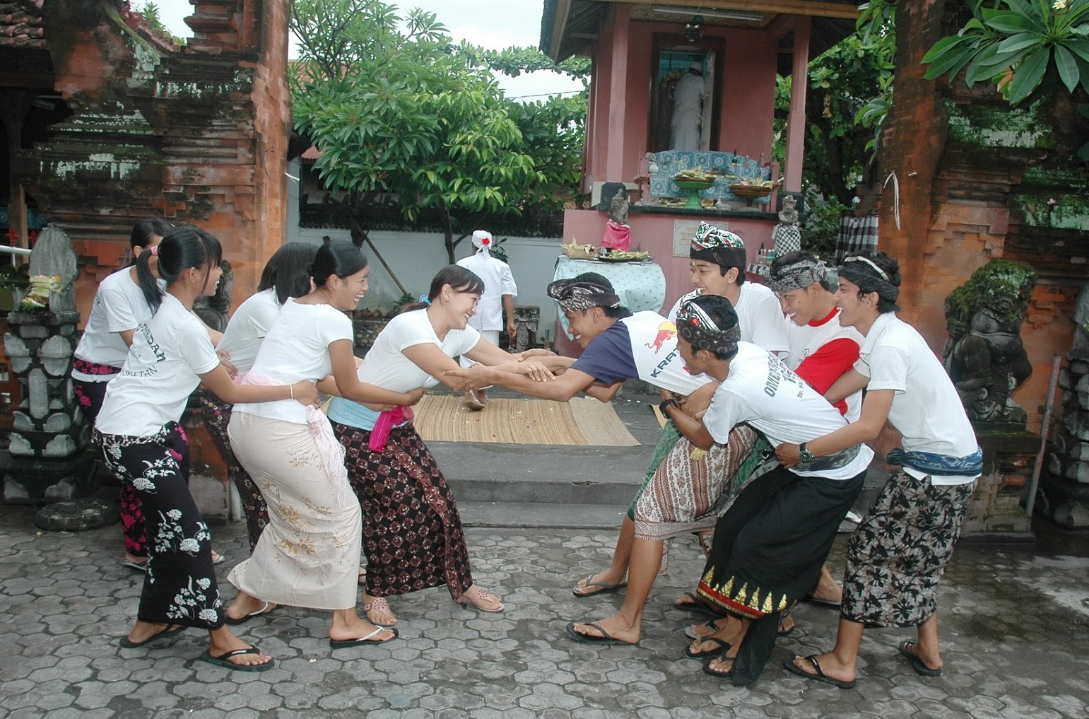 bali kissing ritual in sesetan village