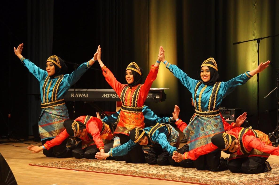saman dance is Aceh regional dance