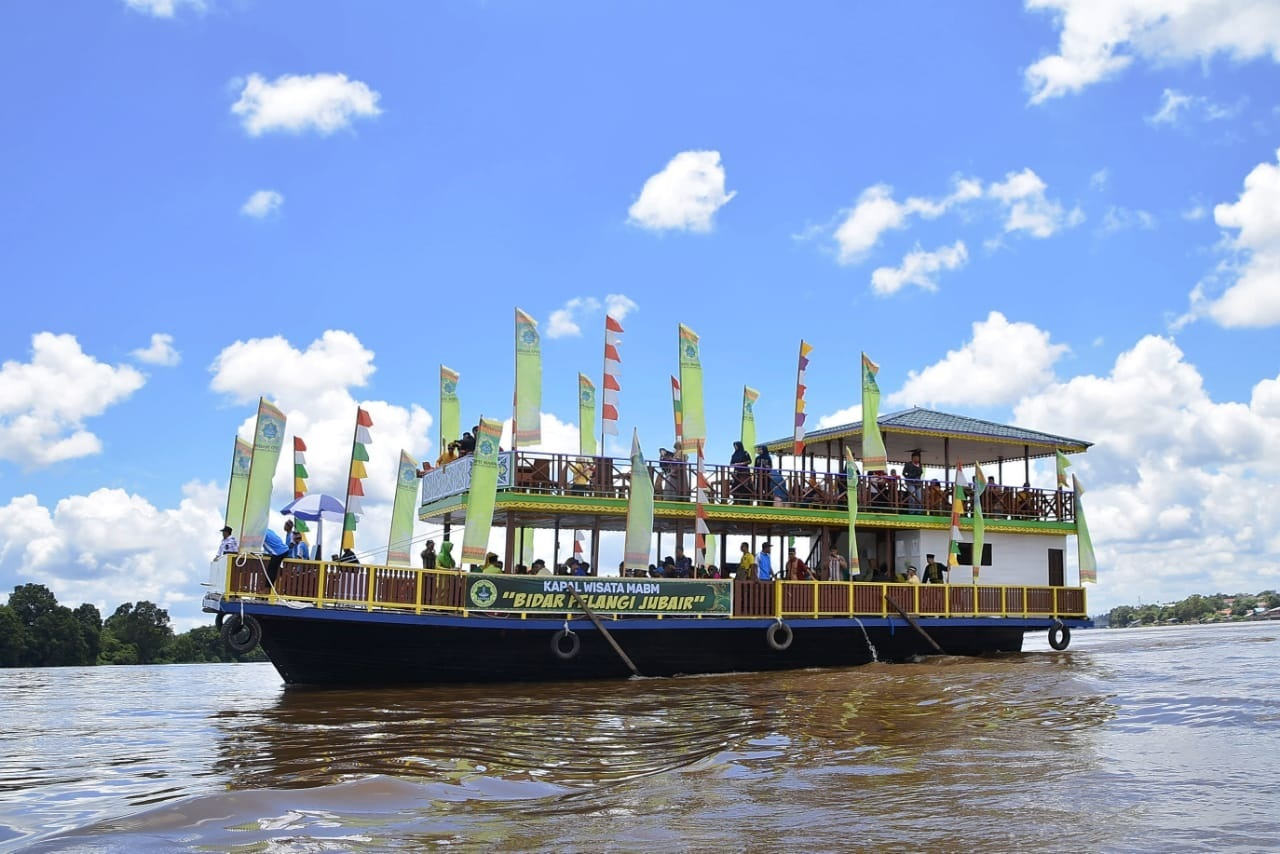 kapuas tourist boat start running when the deck is full of passangers