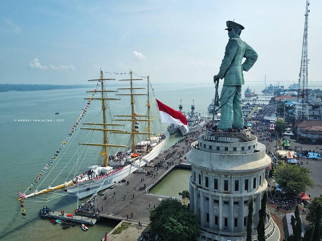 historical tours visiting Jalesveva Jayamahe Statue in Surabaya
